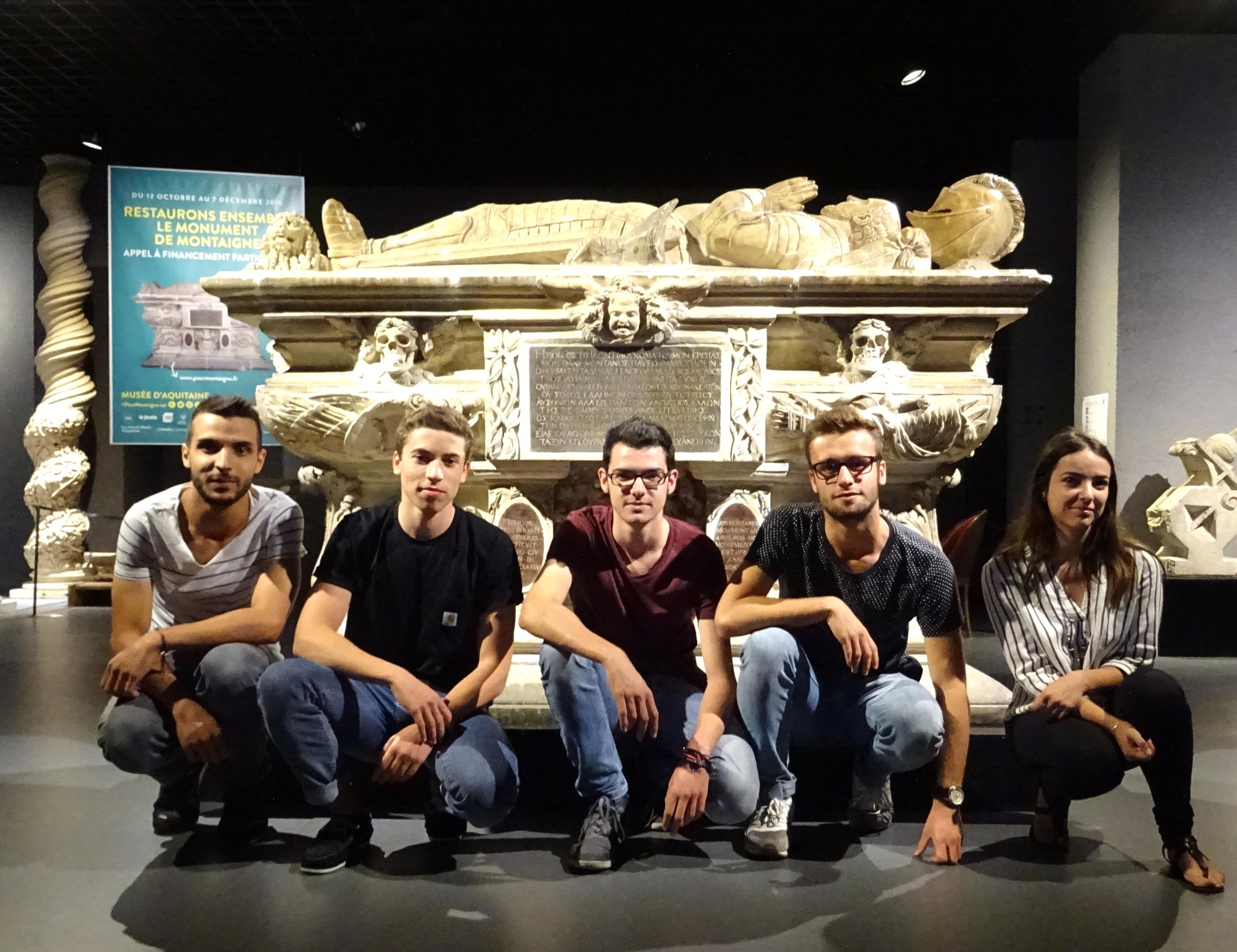 La Team Montaigne devant le cénotaphe. Photo : Charlène Potier