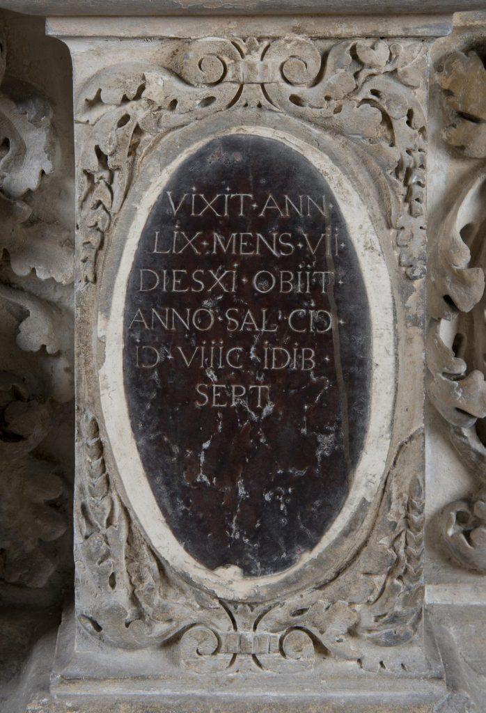 Cénotaphe de Montaigne, détail de l'épitaphe grecque entourée de deux médaillons, photo : Léo Fievet, mairie de Bordeaux