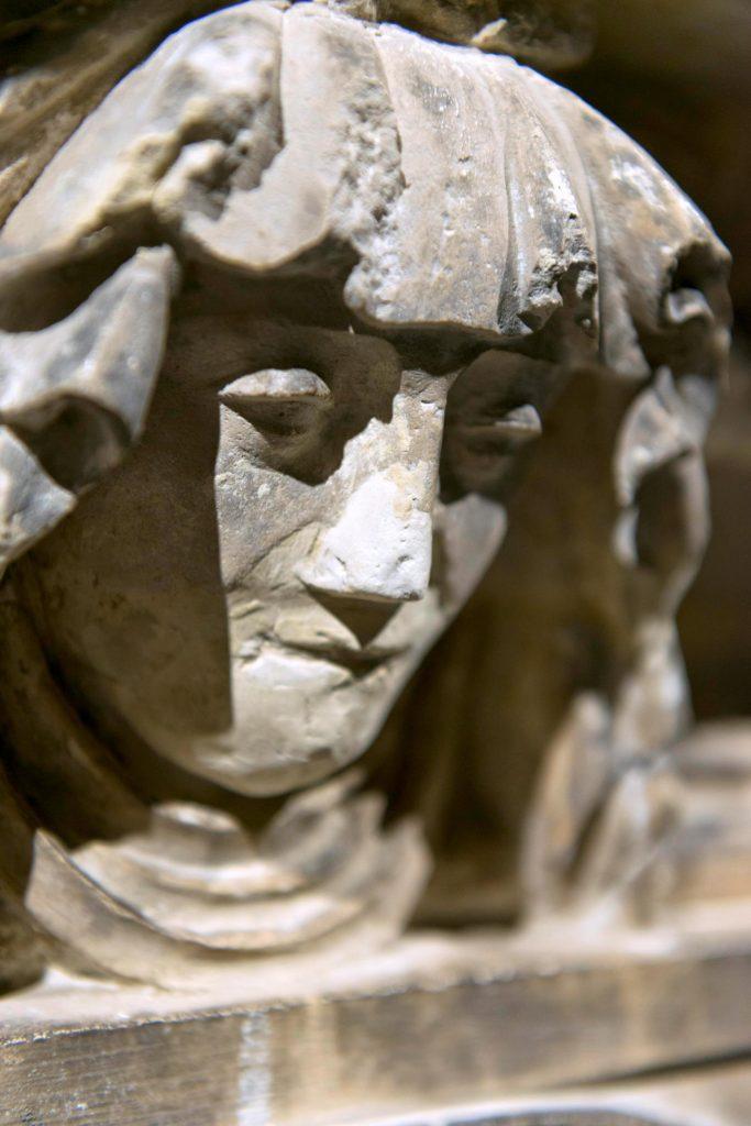 Détail d'une pleureuse avant restauration © L. Fievet, mairie de Bordeaux