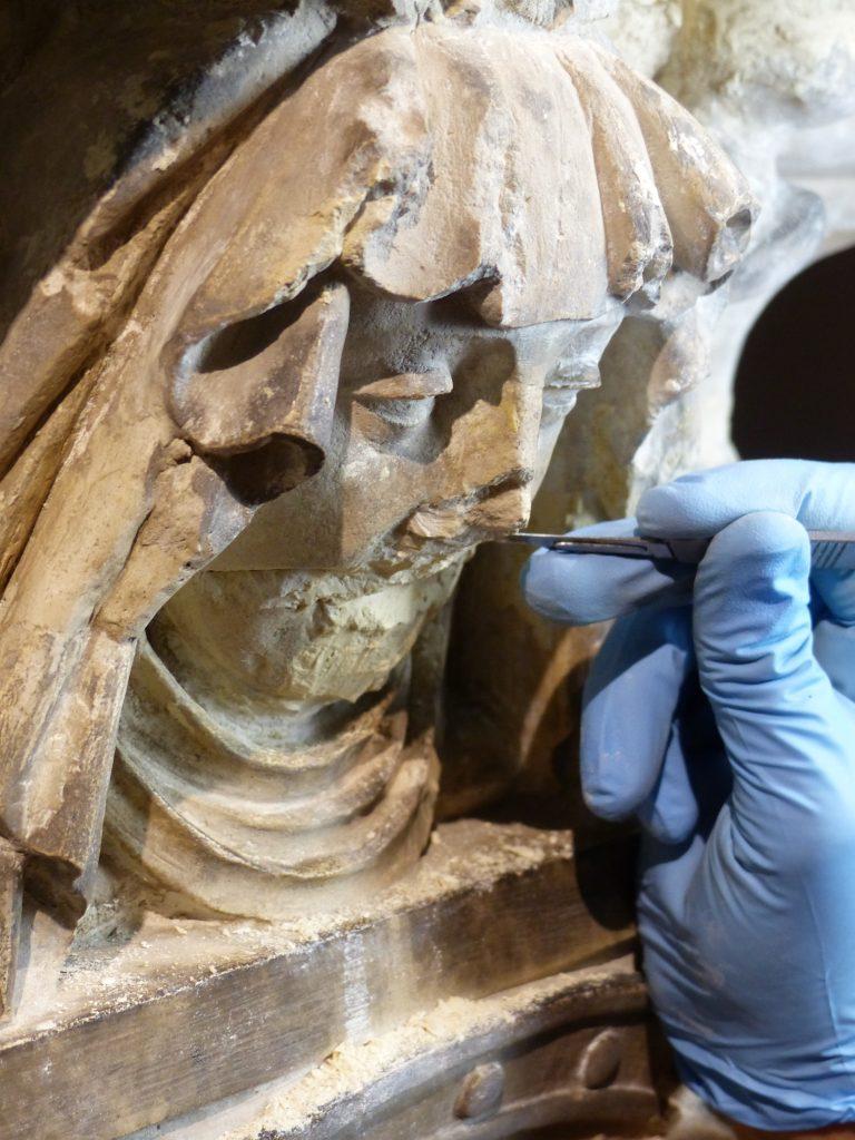 Détail d'une pleureuse après extraction d'anciennes reprises au plâtre © S-J Vidal