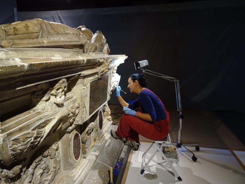 Sophie-Jeanne Vidal, restauratrice nettoyant une vanité © S. Fontan, mairie de Bordeaux
