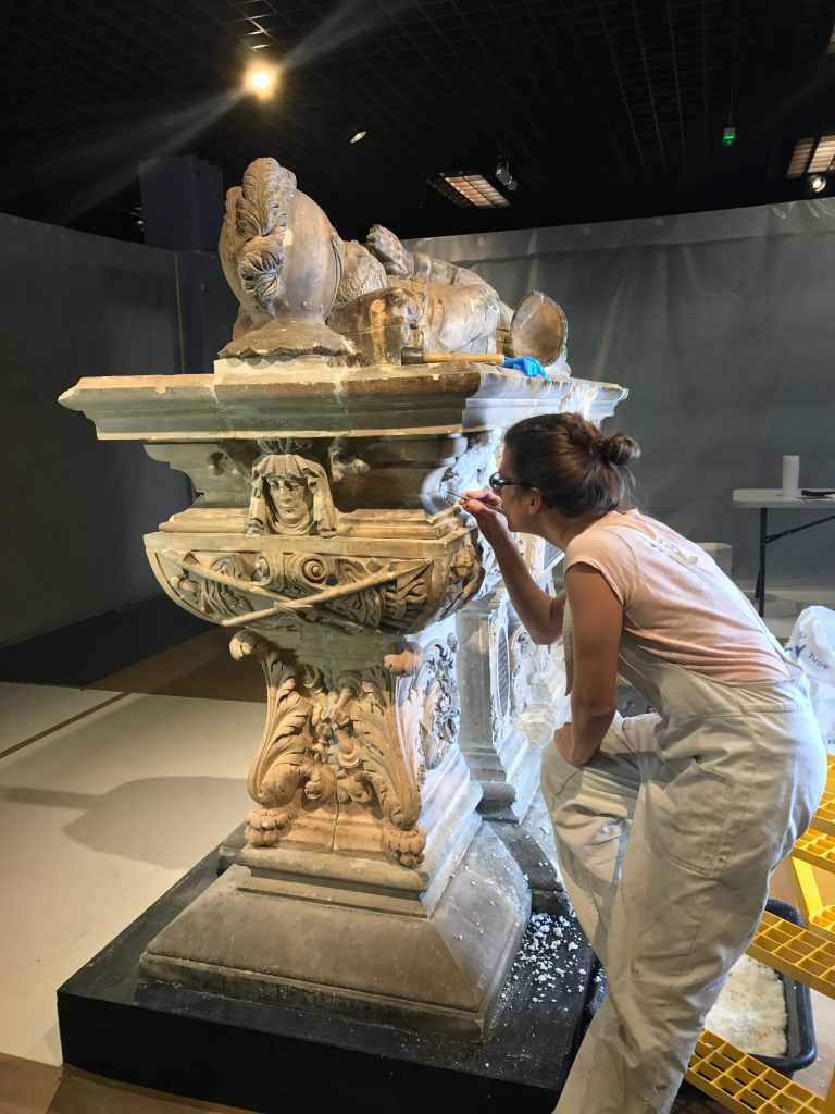 Adèle Cambon, restauratrice éliminant les joints en plâtre © N. Darrobers, mairie de Bordeaux
